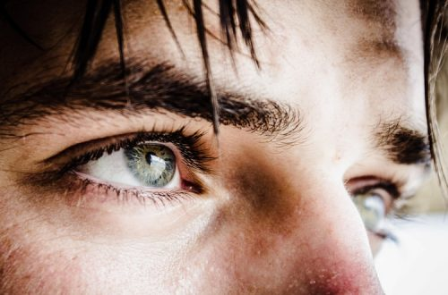 Come eliminare le occhiaie iniziando una routine di bellezza
